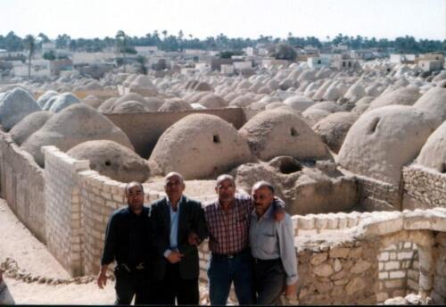 الميرغنى مع أقاربه فى مدافن المنيا الشهيرة بقبابها المميزة شرق النيل